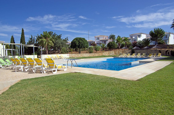 Photo of the pool and sunbeds in the resort