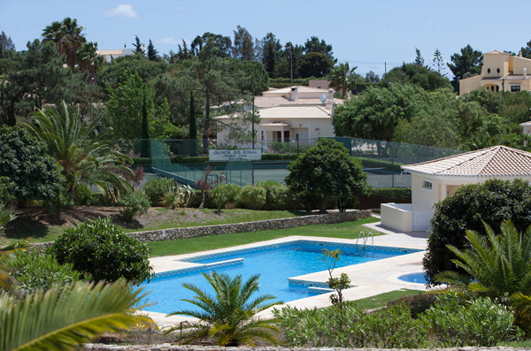 Photo of the pool and tennis courts in Quinta do Rosal